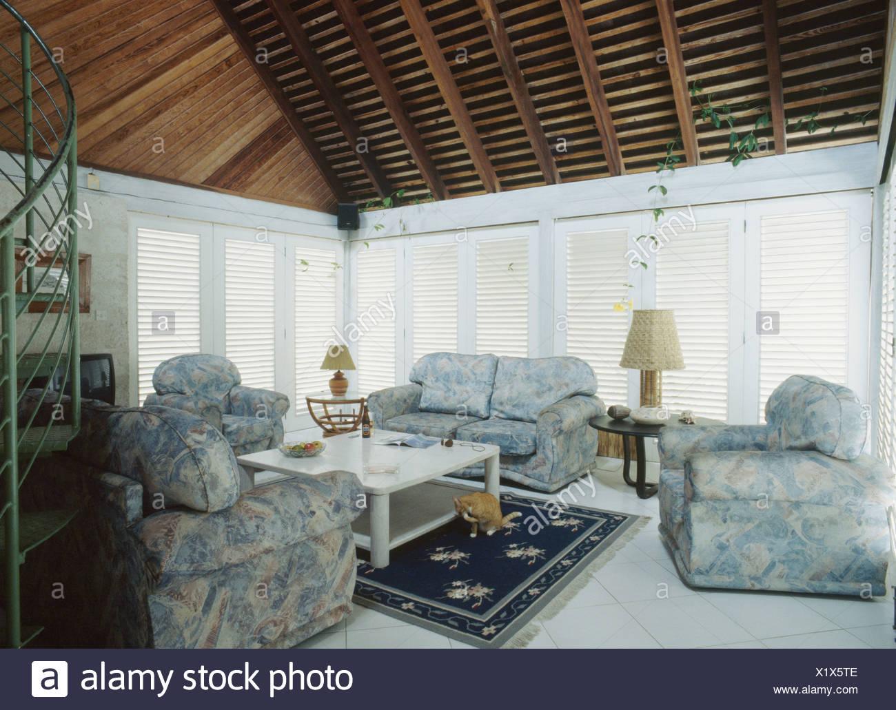 Blau-weiß gemusterten Sofas und Sessel im modernen ...