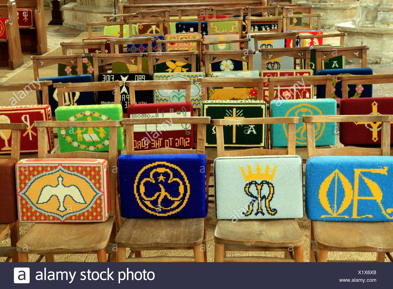 Kirche kniend Kissen Kirchenbank Kirchenbänke Stuhl Stühle bestickt Stickerei Deko Dekoration Kniebank Knie-Kissen Sitzkissen Stockbild