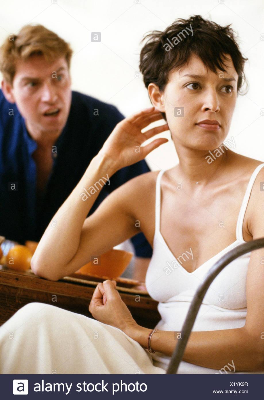 Paar streiten sich um Frühstück, schreien, während Frau entfernt im Zorn sieht Mann Stockfoto