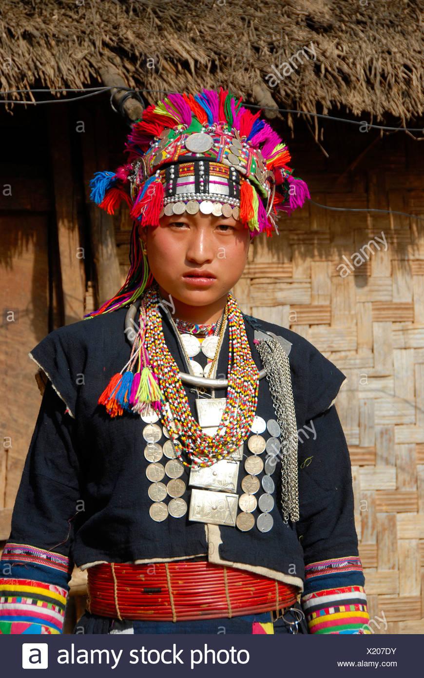 Frau von der ethnischen Gruppe der Akha Lom tragen bunte Trachten, Ban Noy, Provinz Phongsali, Laos, Südostasien Stockbild
