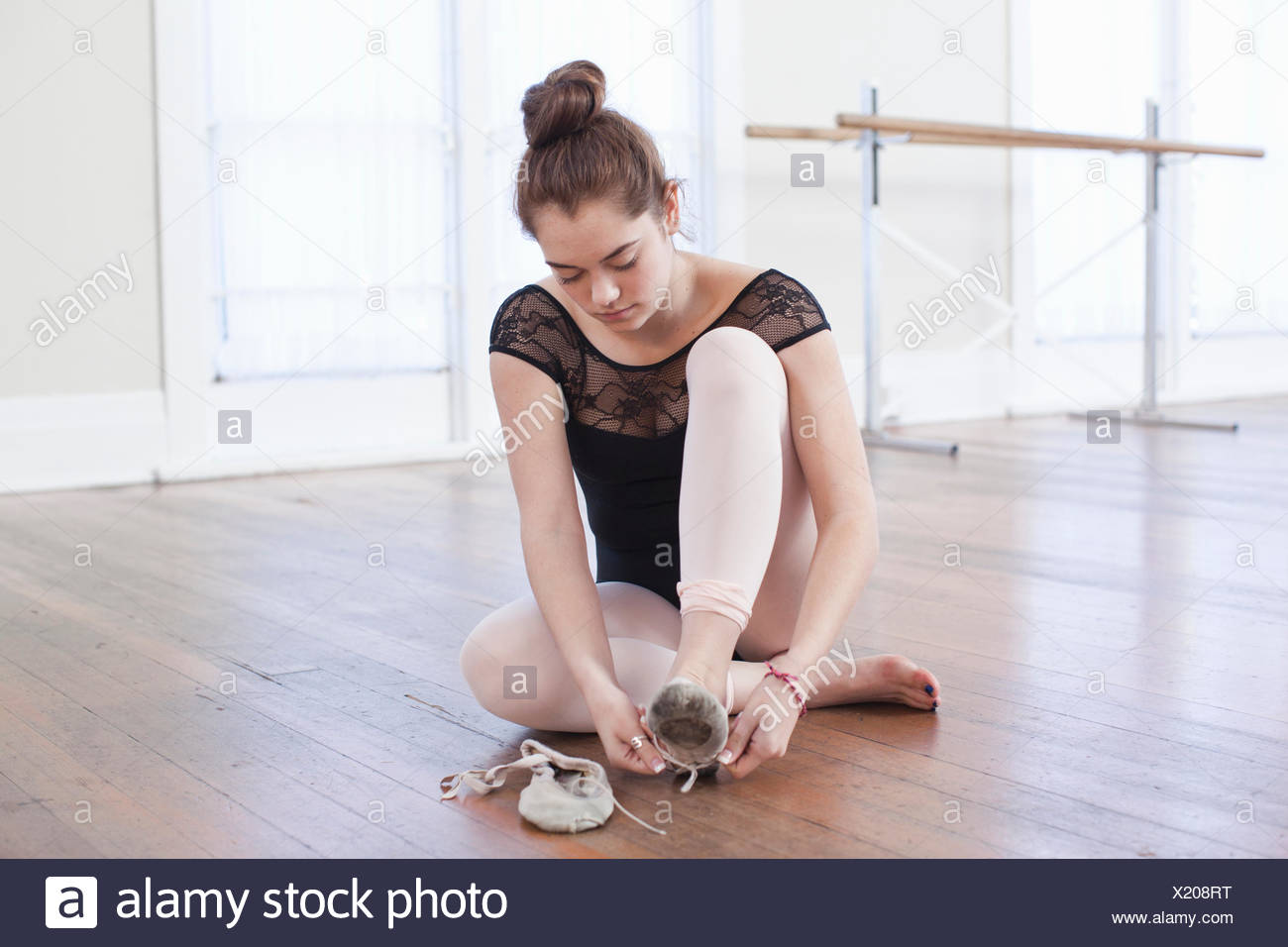 Teenager-Mädchen Ballettschuhe Ballettschule zu binden Stockbild