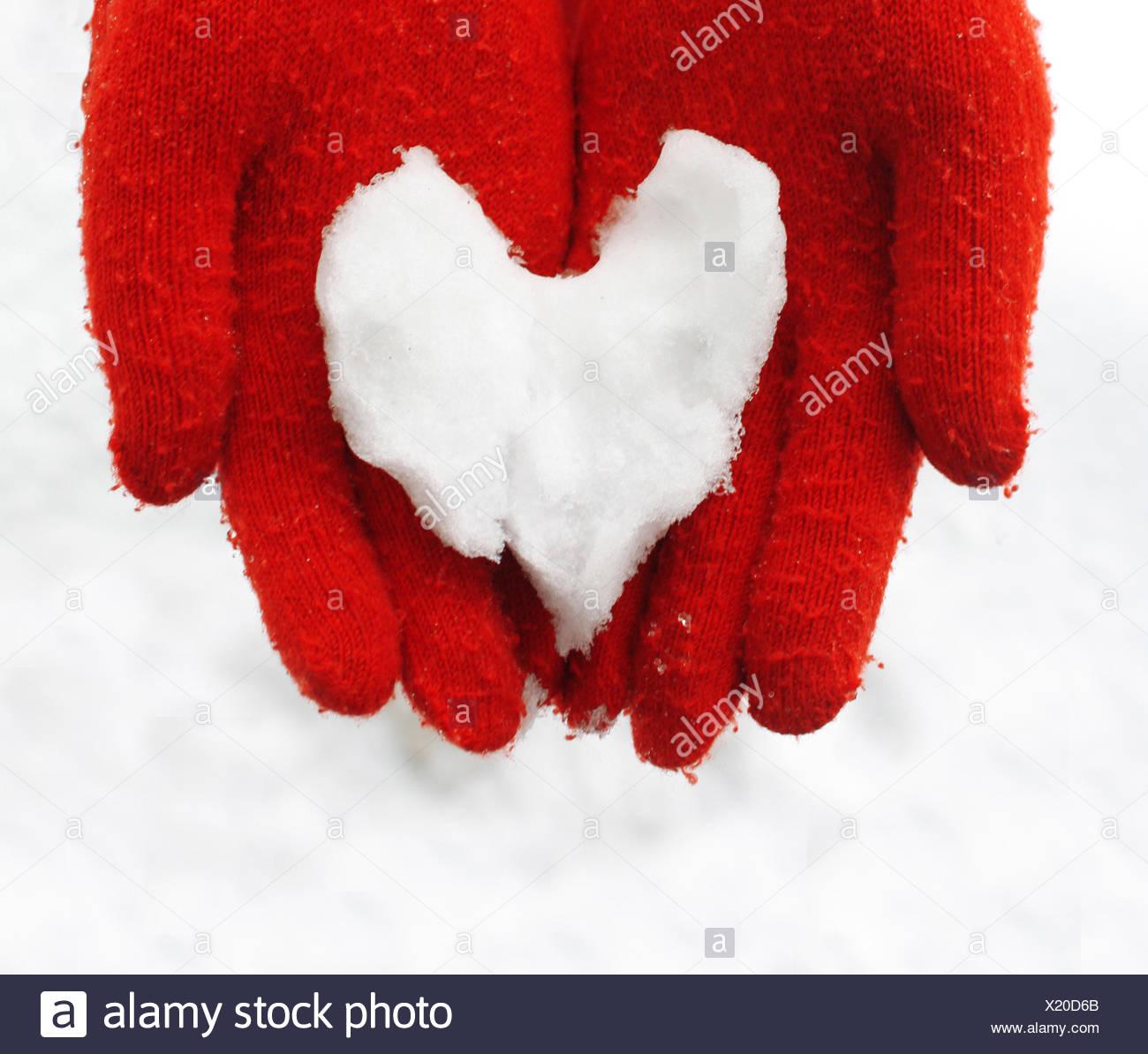 Finnland, Nahaufnahme von Frau mit Herz aus Schnee gemacht Stockbild