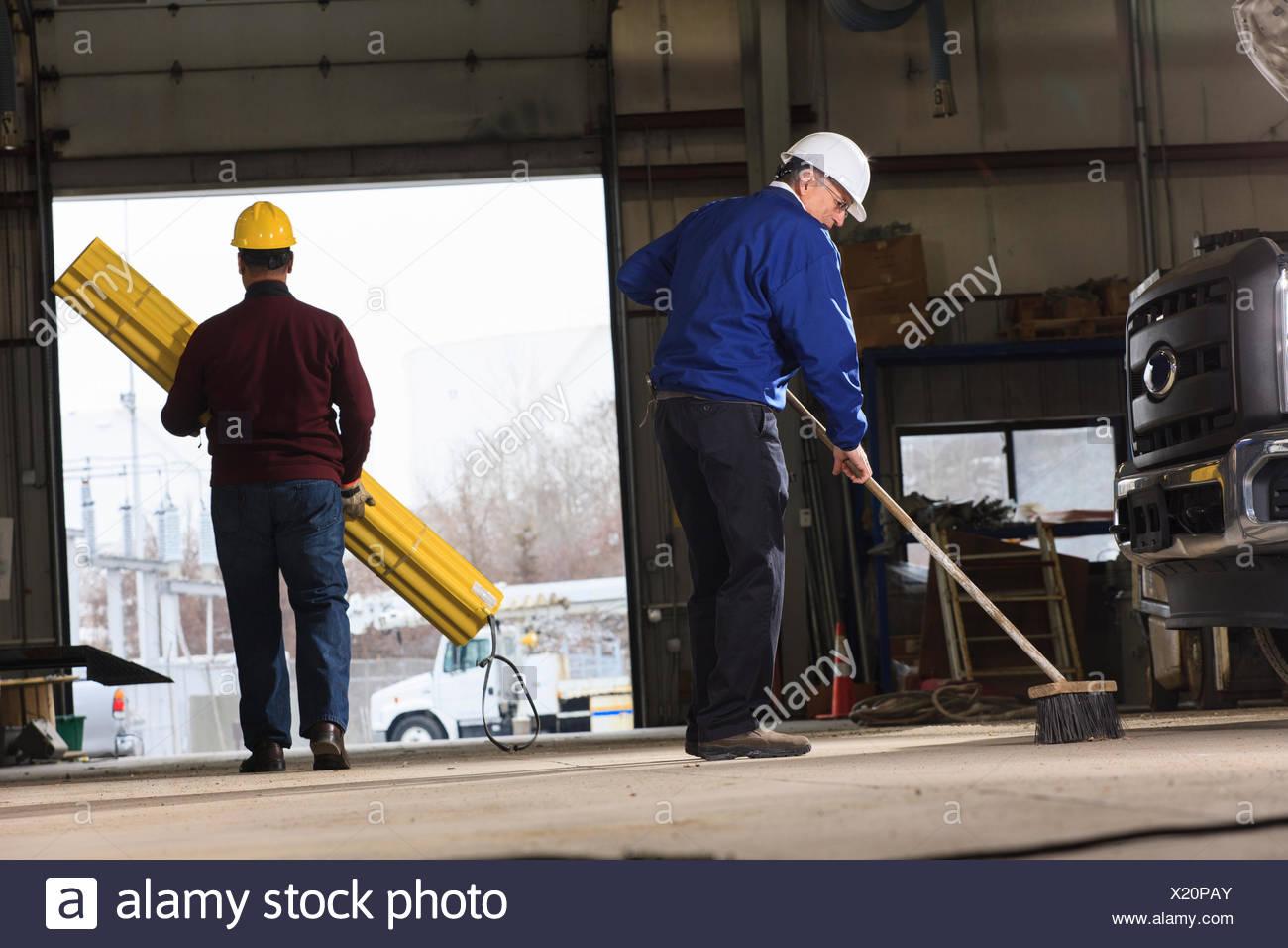Man Carrying Broom Stockfotos & Man Carrying Broom Bilder - Alamy