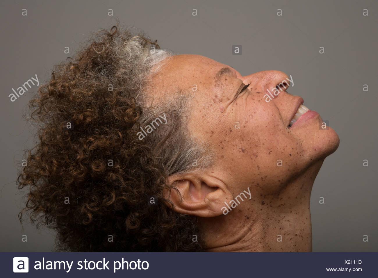 Nahaufnahme Studioportrait senior Frau mit Kopf nach hinten und die Augen geschlossen Stockbild