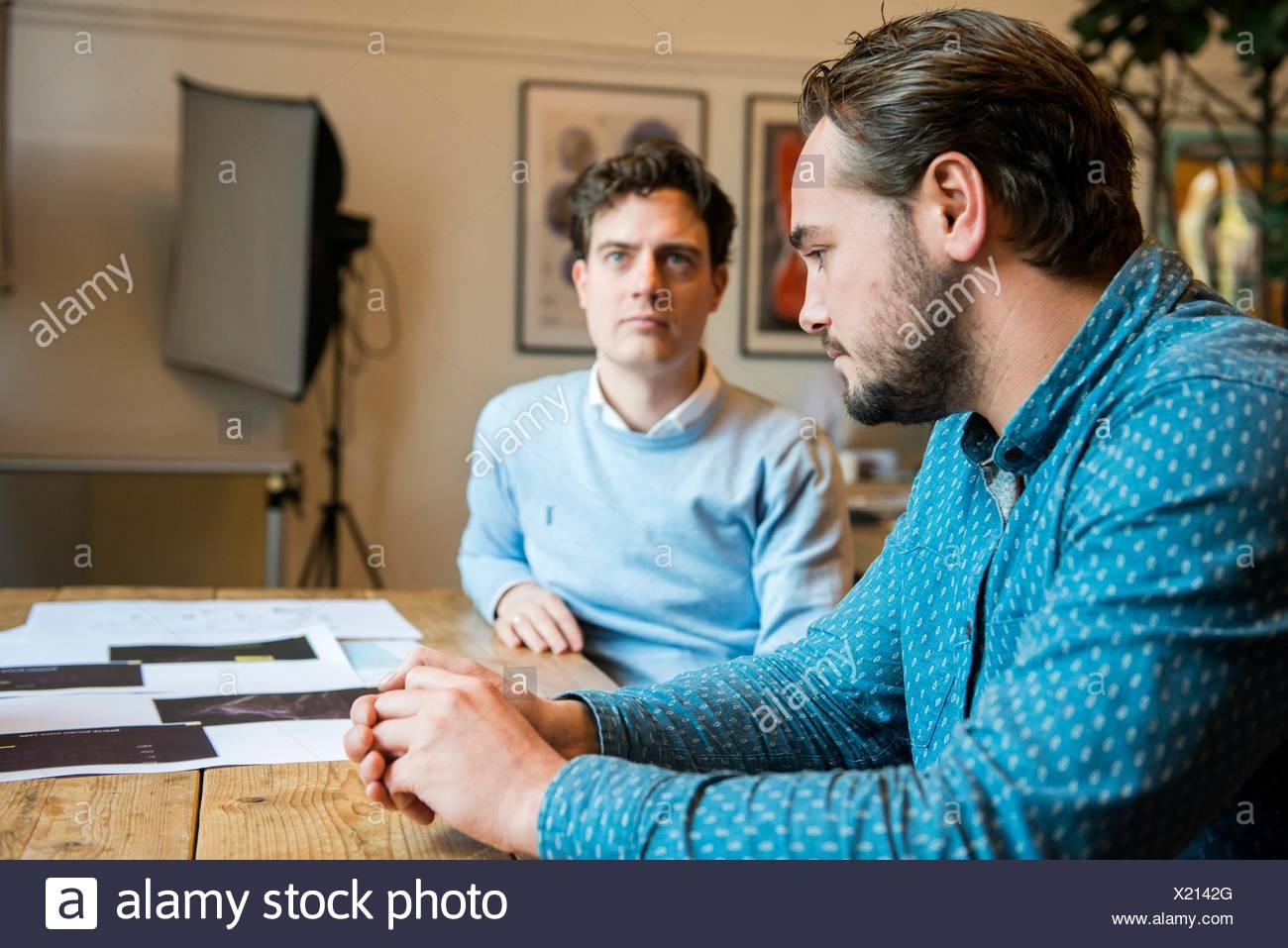Utrecht, Niederlande. Zwei professionelle, kreative Männer und Künstler erläutern ihre Arbeit in die Erstellung der Hart-insel Projekt Webseite. Stockbild