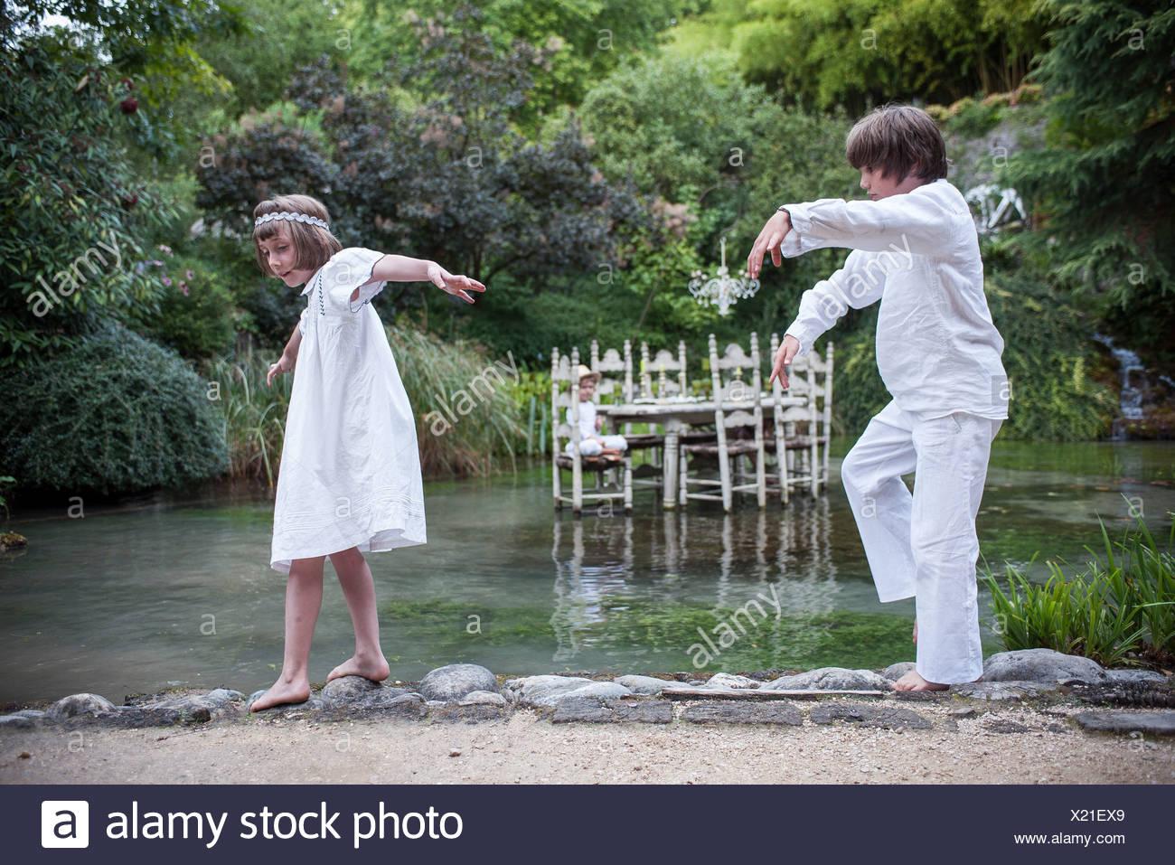 Kinder spielen im freien Make-Believe Stockbild