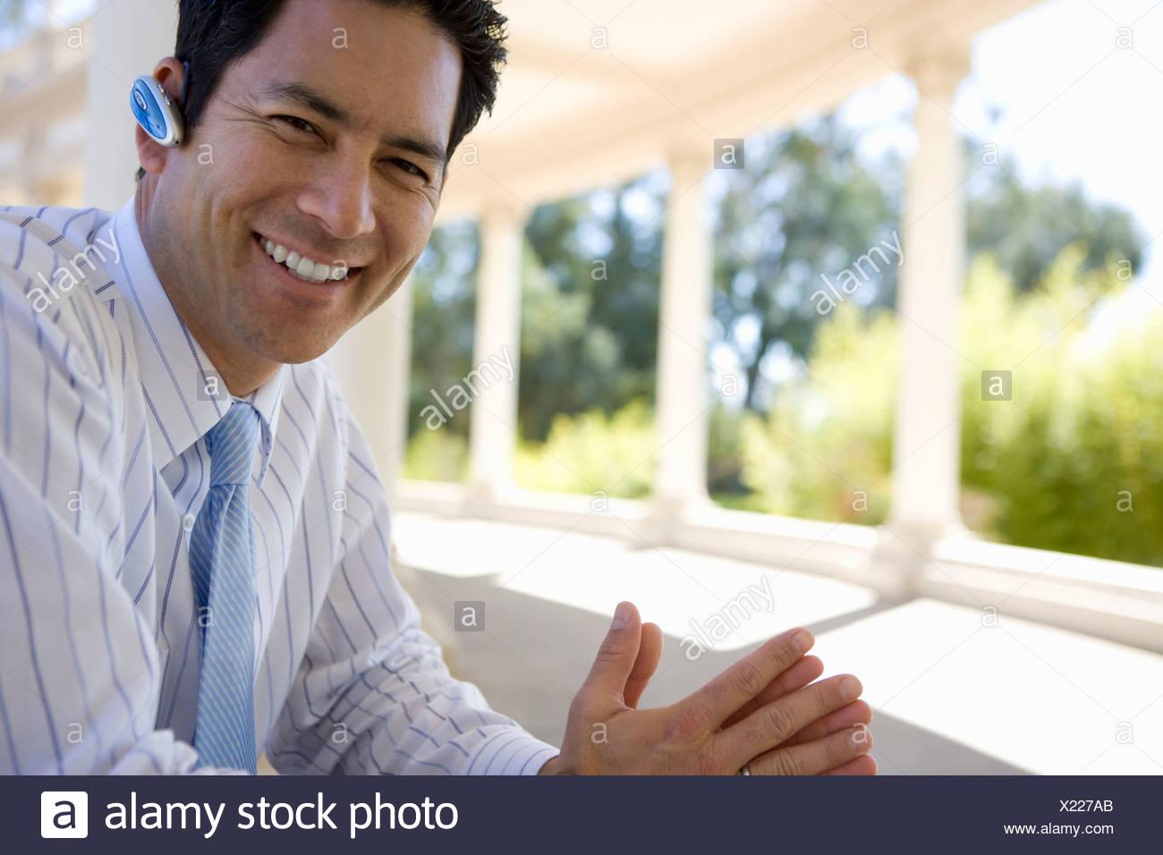 Geschäftsmann mit Hände frei Gerät im freien Stockbild