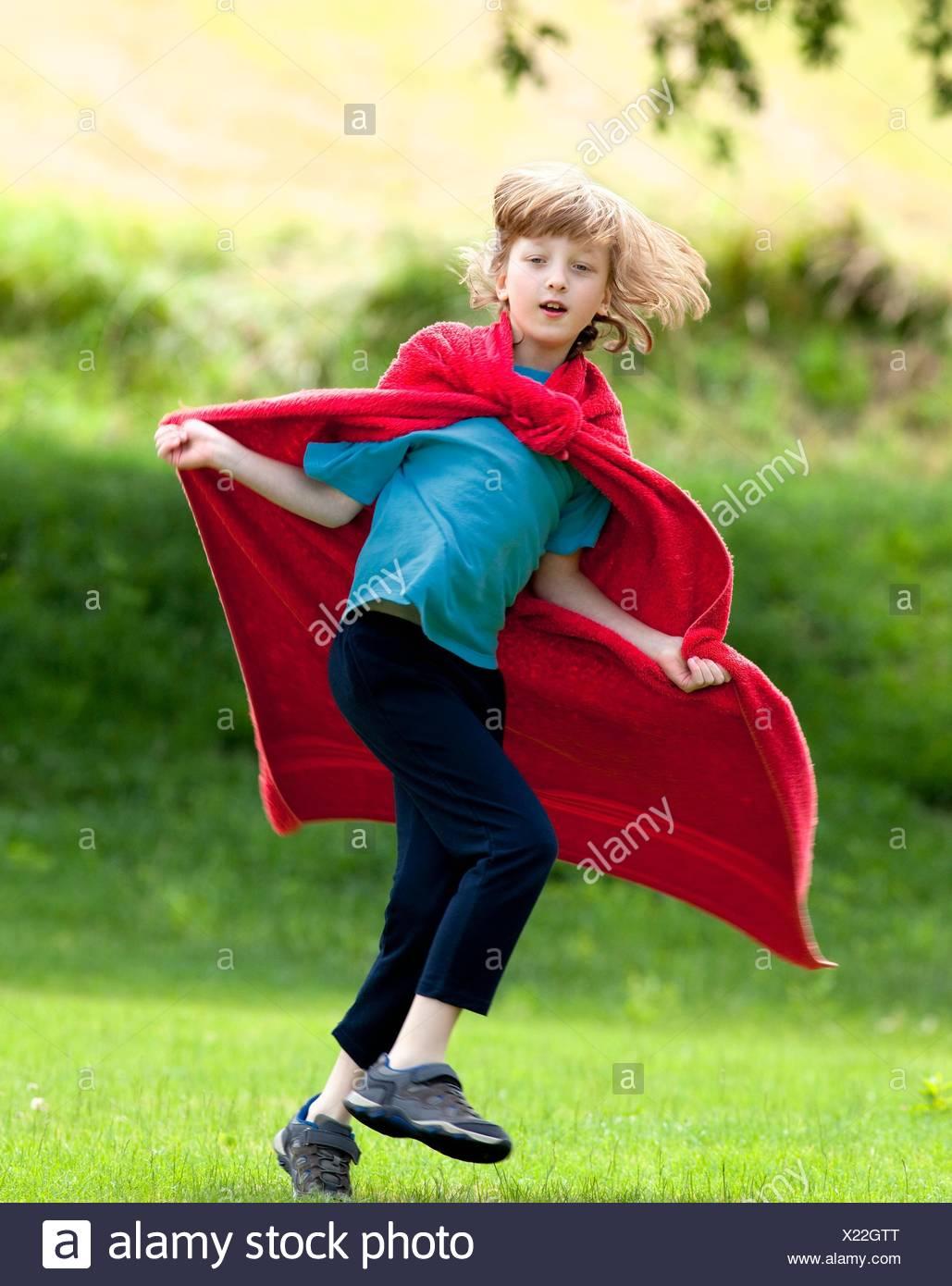 Junge Herum Laufen In Rot Handtuch Als Superhelden Umhang Stockfoto