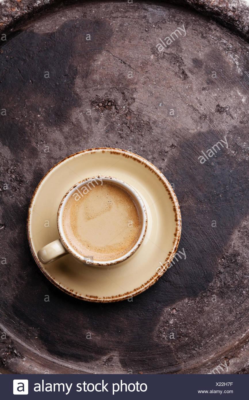 Kaffeetasse auf dunklen strukturierten Hintergrund Stockbild