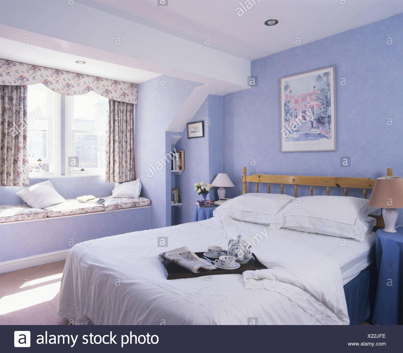Bett mit Frühstückstablett auf weißer Quilt in modernen Pastell blau ...