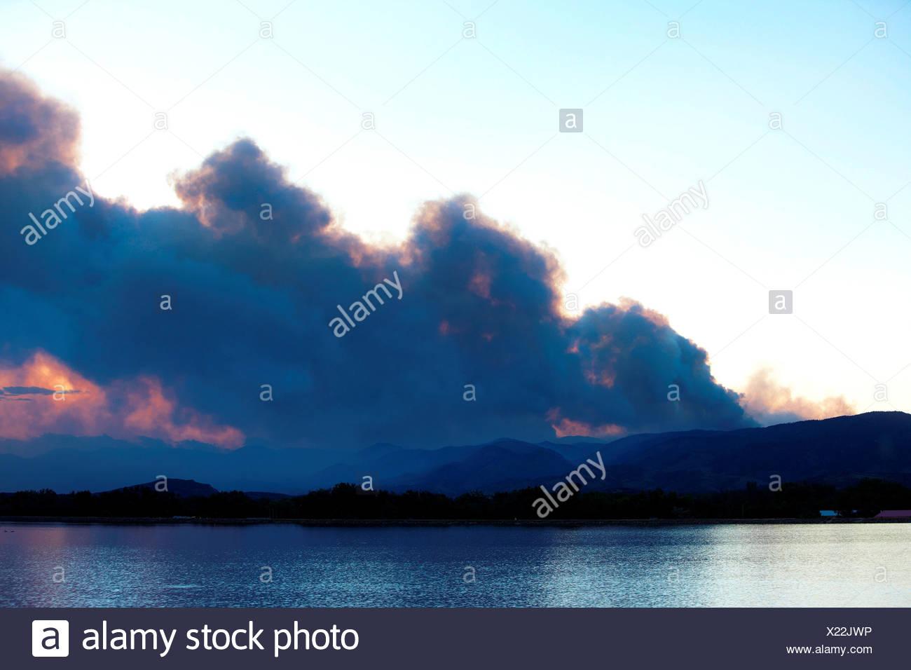 Rauchfahne Steigt Vom Tobenden Berg Wildfire, Colorado, USA Stockbild