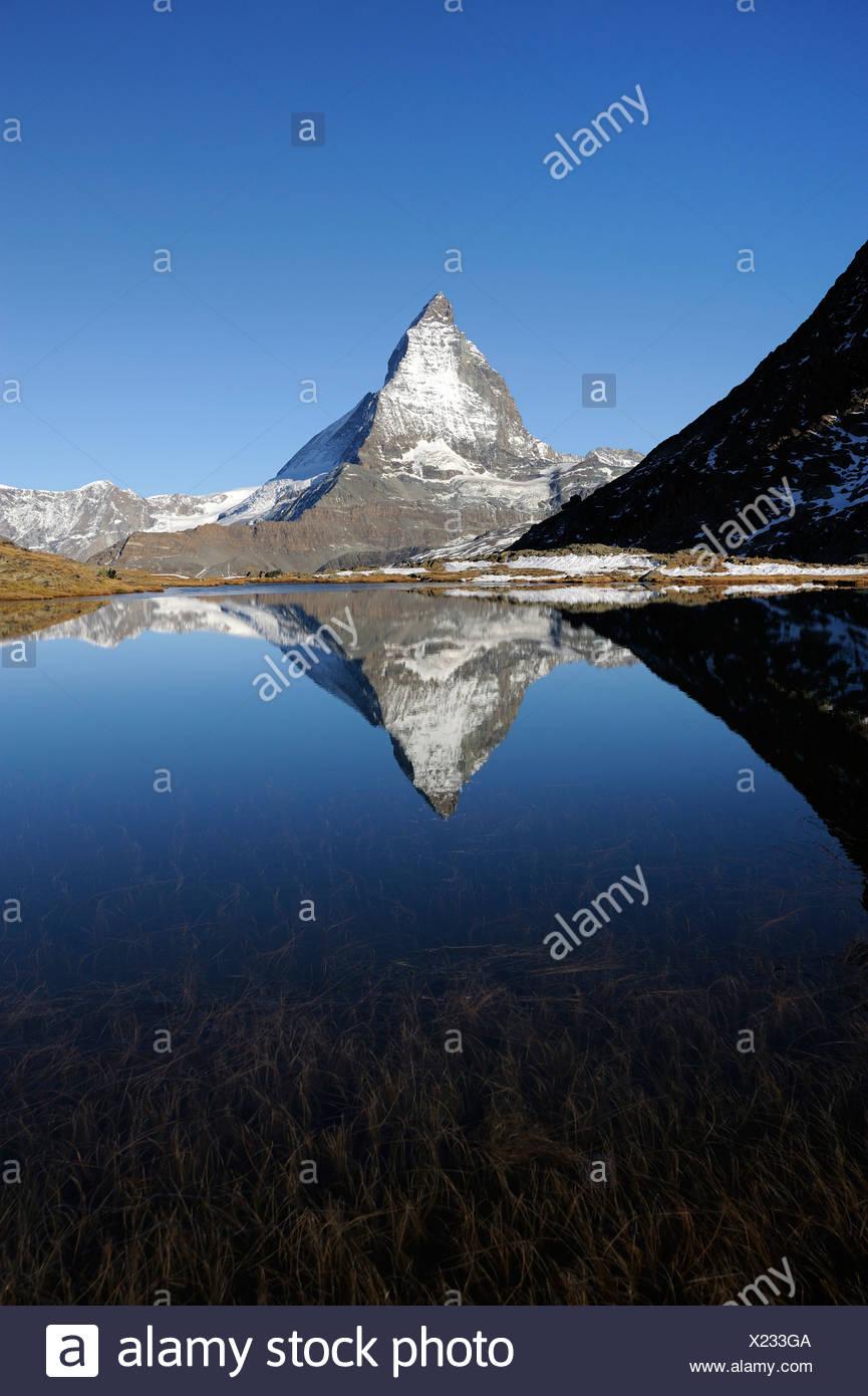 Matterhorn spiegelt sich im See Riffelsee, Zermatt, Wallis, Schweiz, Europa Stockbild