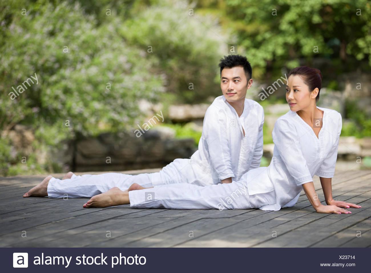 Junger Erwachsener, Yoga zu praktizieren Stockbild