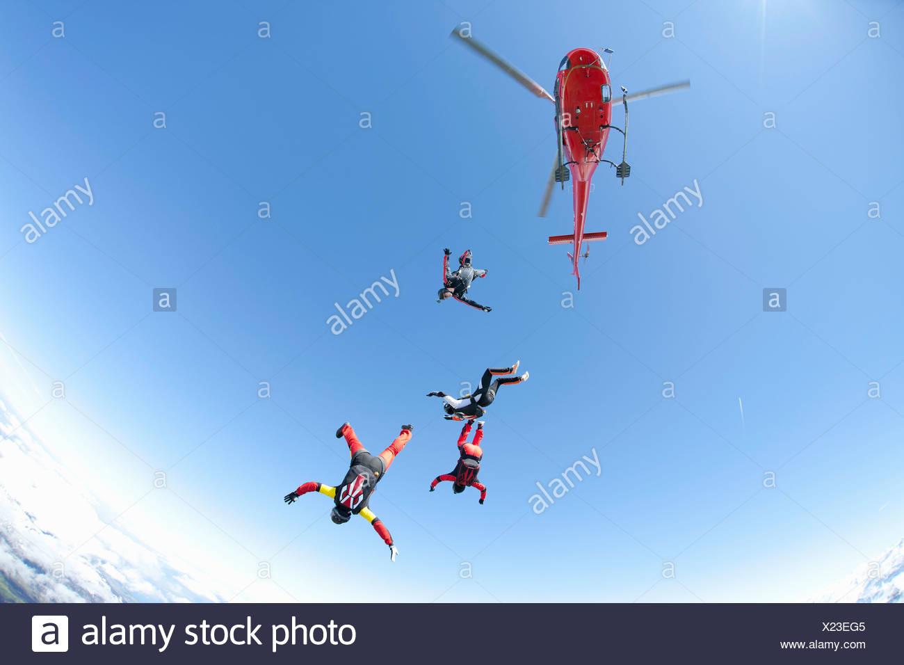 Fallschirmspringen-Team von vier freien Fall aus Hubschrauber Stockbild
