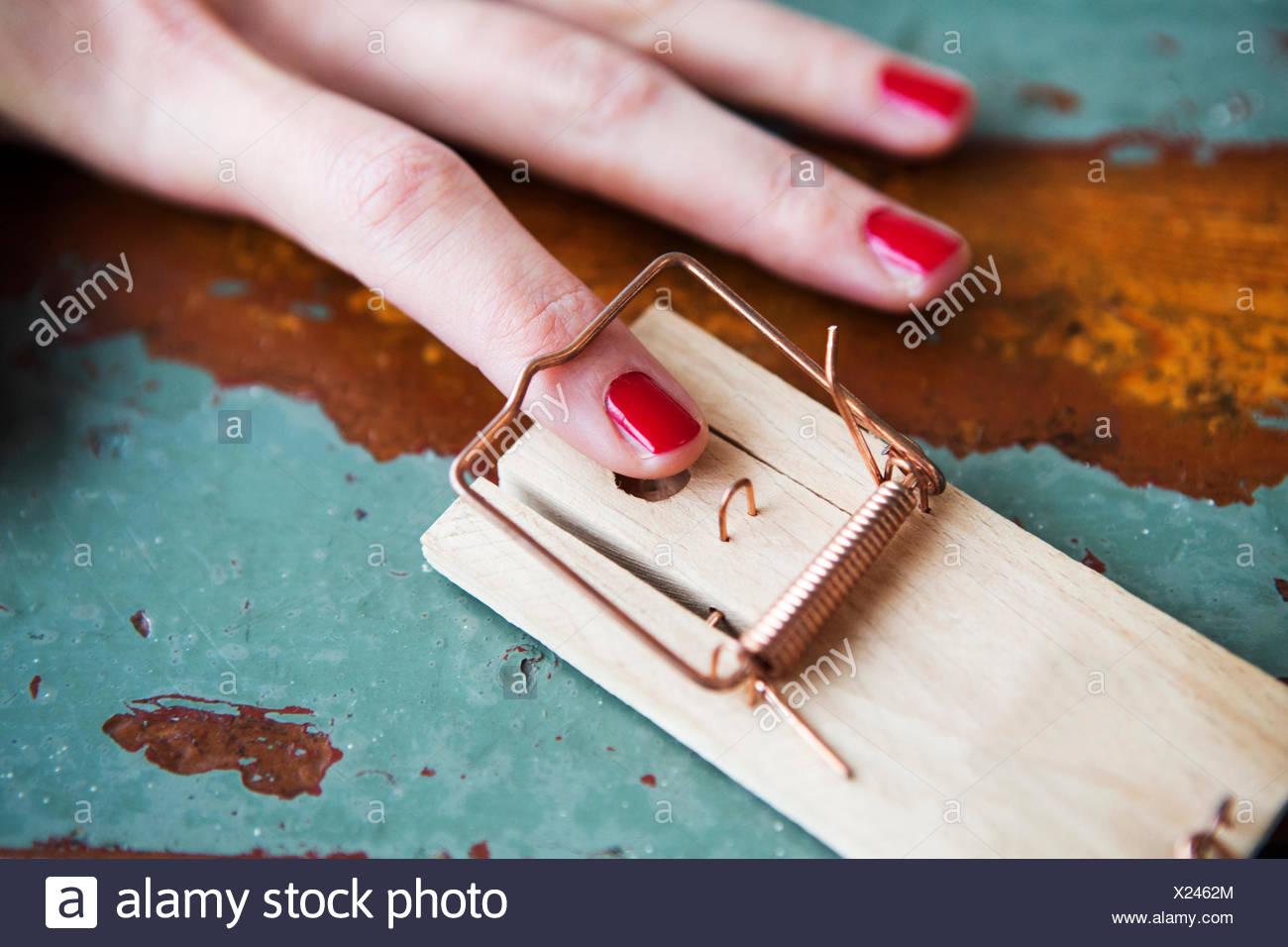 Nahaufnahme der Frau Finger in der Mausefalle Stockbild