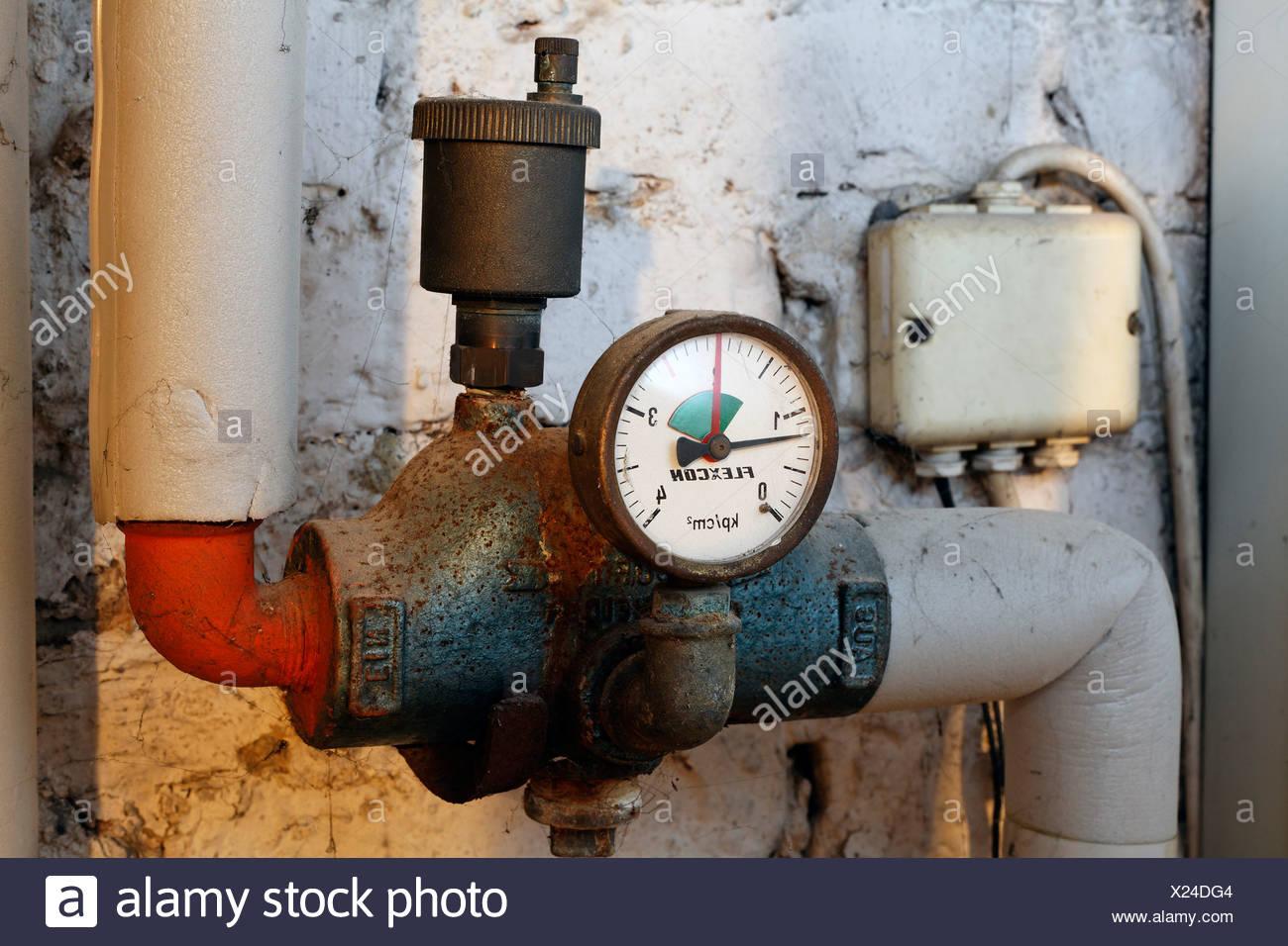 Alten Manometer Auf Heizungsrohre Im Keller Des Hauses, Erdgas  Heizungsanlage Vor Der Modernisierung, Deutschland, Europa