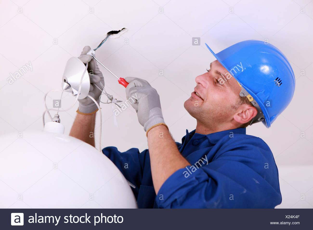 Elektriker Verkabelung eine Deckenleuchte Stockfoto, Bild: 276698031 ...