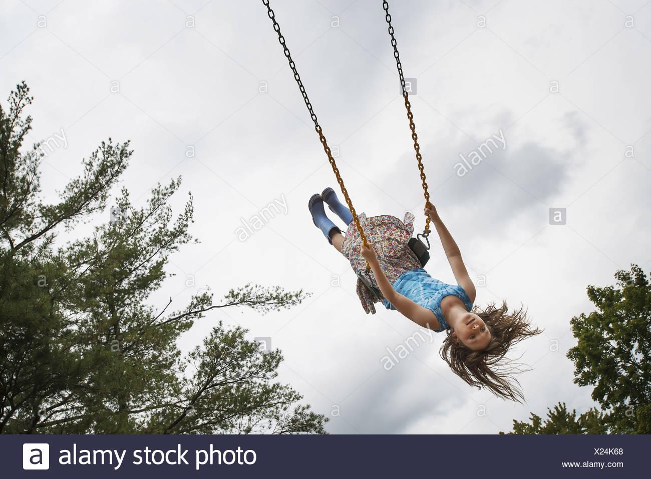 Ein Mädchen auf einem Seil schwingen hoch in die Luft Woodstock New York USA USA Stockbild