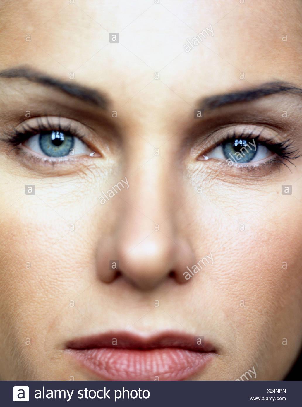 Nahaufnahme von Frauengesicht, detaillierte Augen tragen Beige Lidschatten, braune Lidstrich Oberlider, schwarze Mascara und Naturrot Stockbild