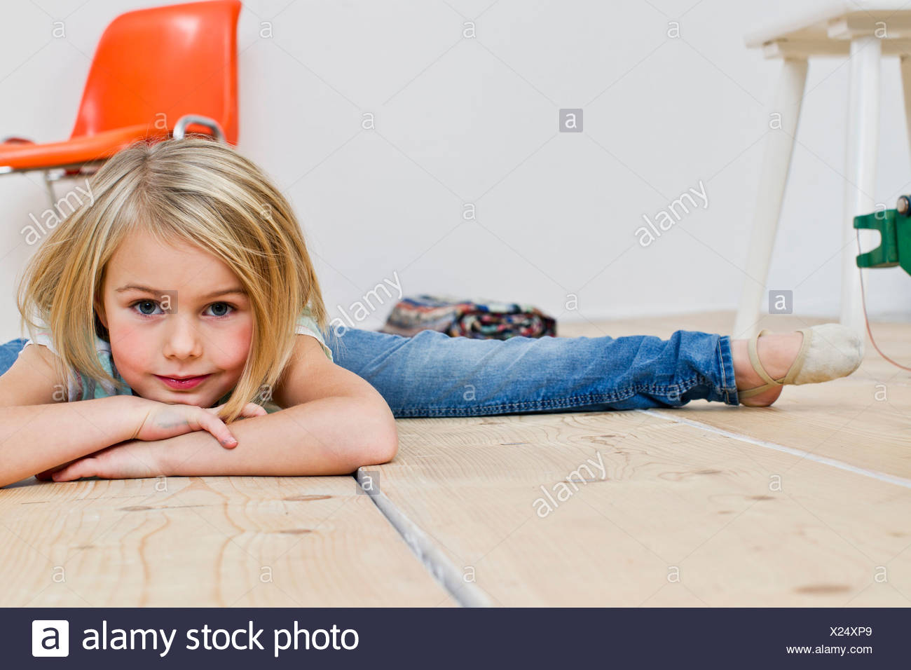 Studioaufnahme von Mädchen tun den Spagat Stockbild