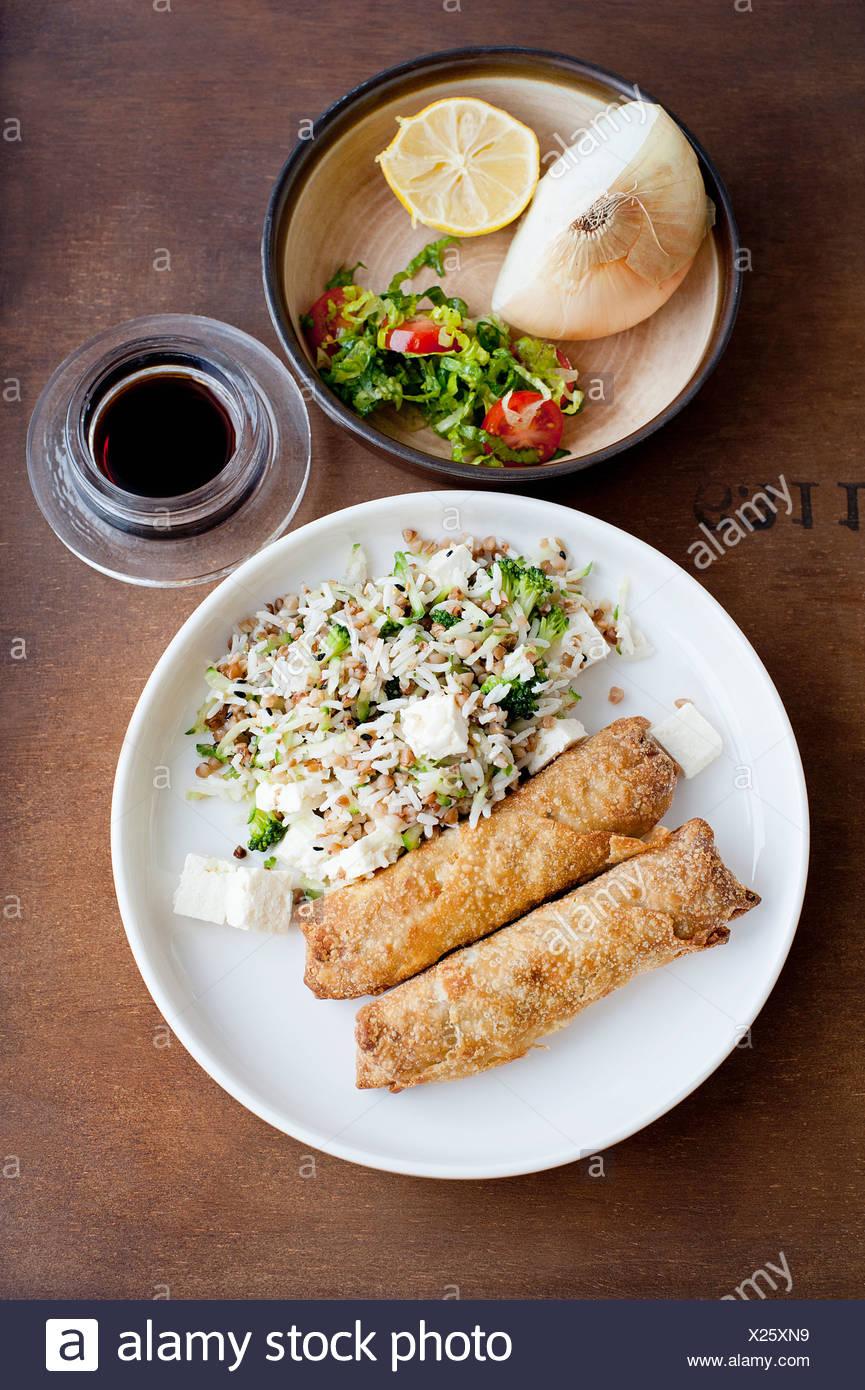 Teller mit Gebäck mit Reis Stockfoto