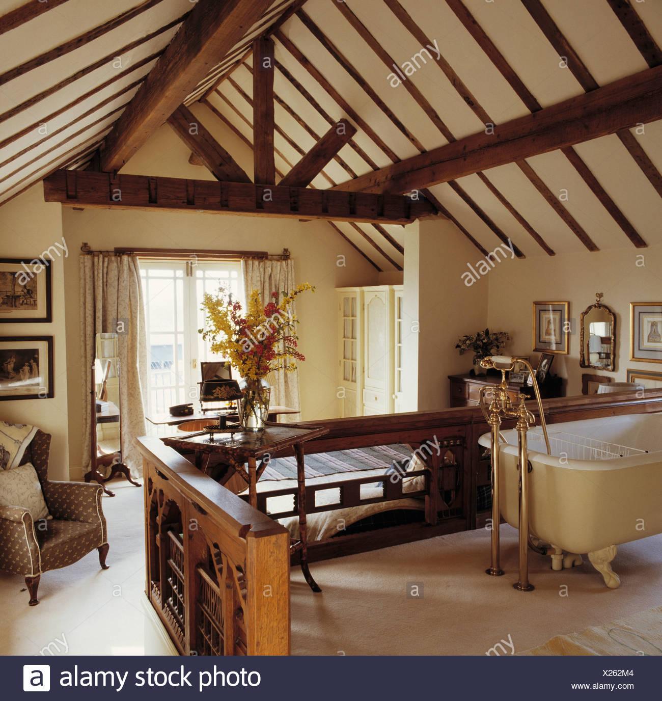 Freistehende Badewanne im Schlafzimmer im Dachboden ...