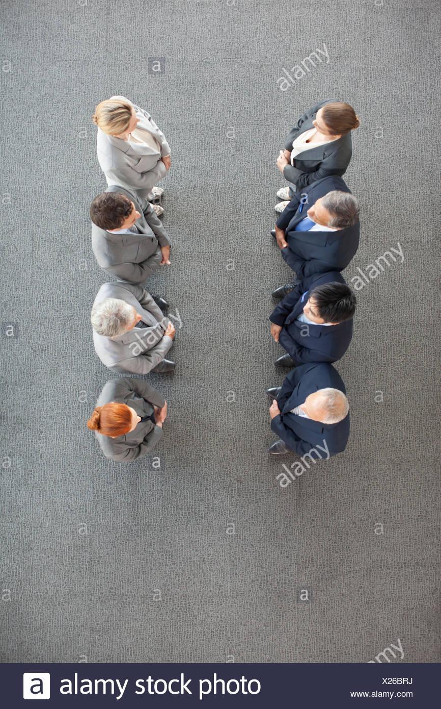 Erhöhte Ansicht von Geschäftsleuten in Folge Stockbild
