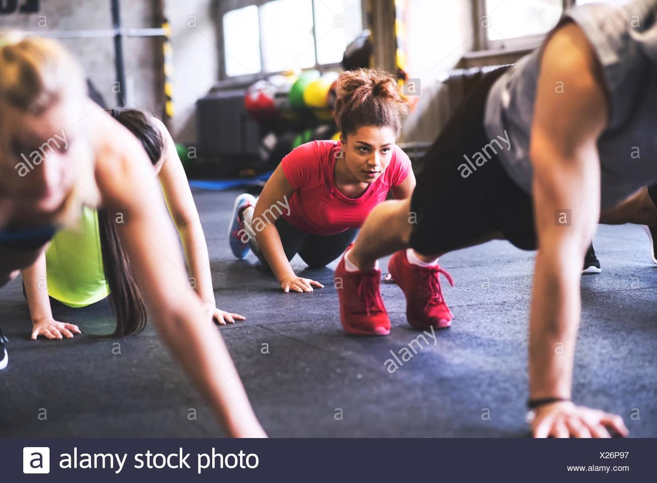 Gruppe von Jugendlichen trainieren im Fitnessraum Stockbild