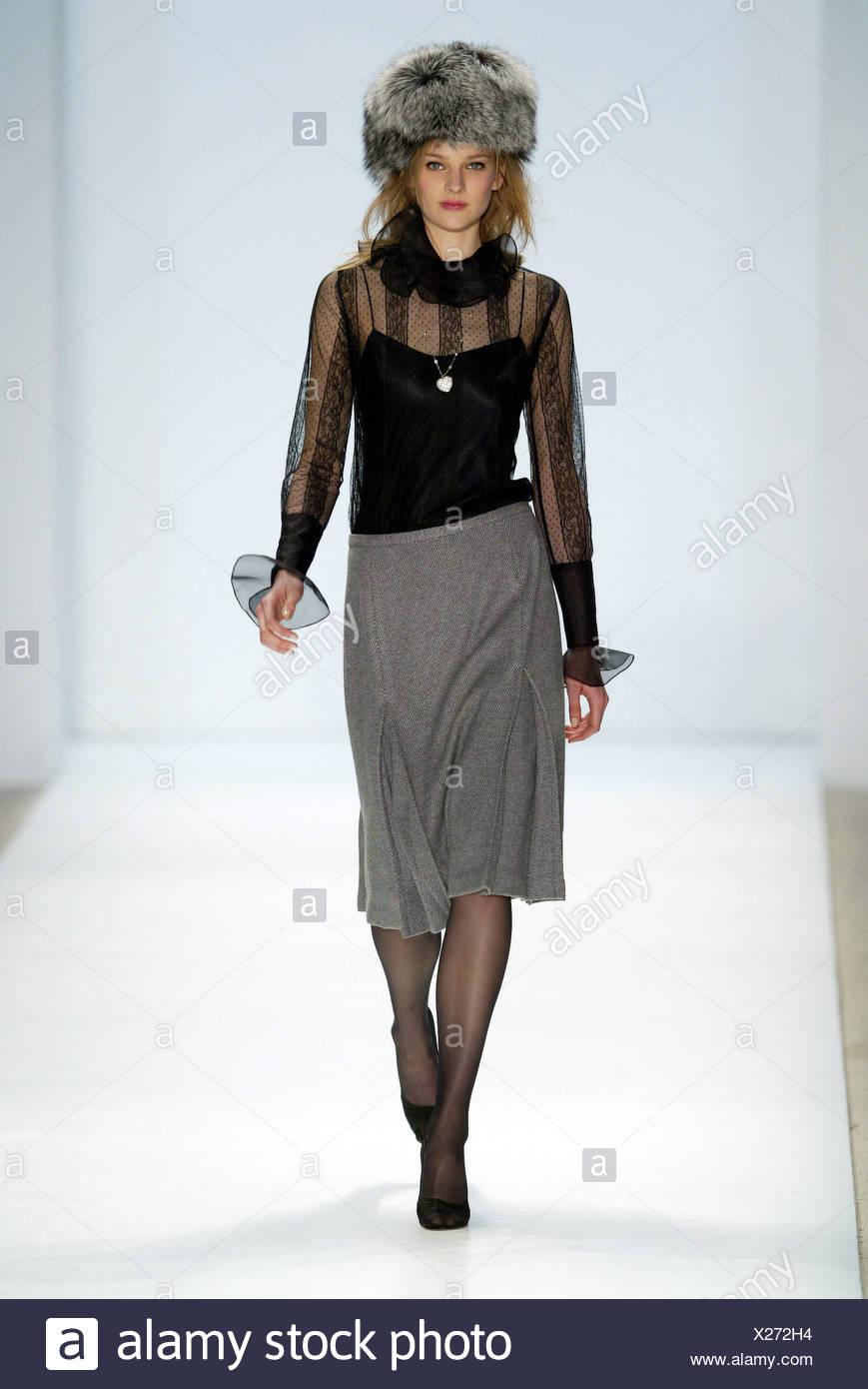 Schwarze Bluse Mit Durchsichtigen Armeln Stockfotos Schwarze