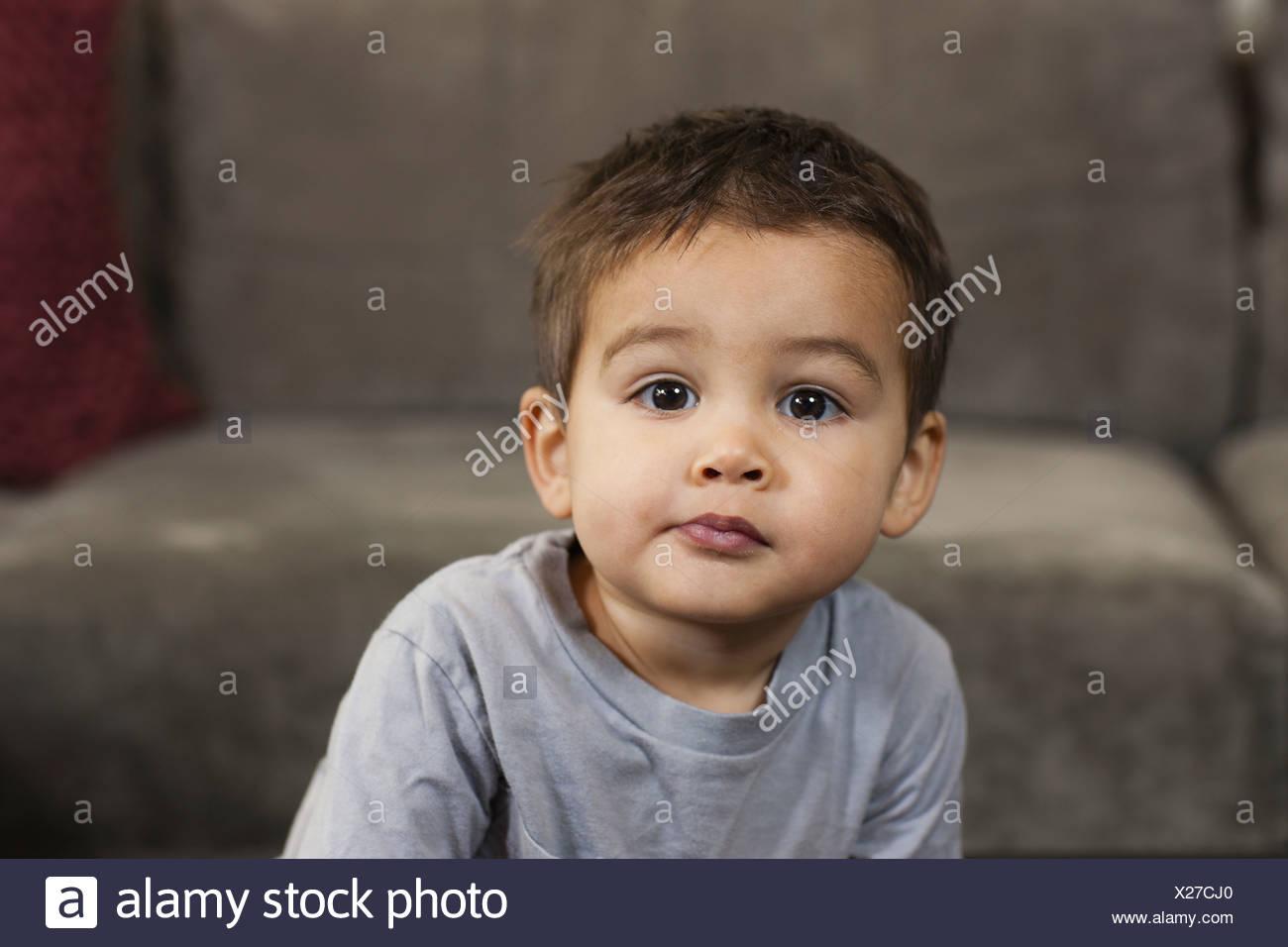 Ein kleiner Junge sitzt schaut in die Kamera mit einem ernsten Ausdruck Pennsylvania USA Stockbild