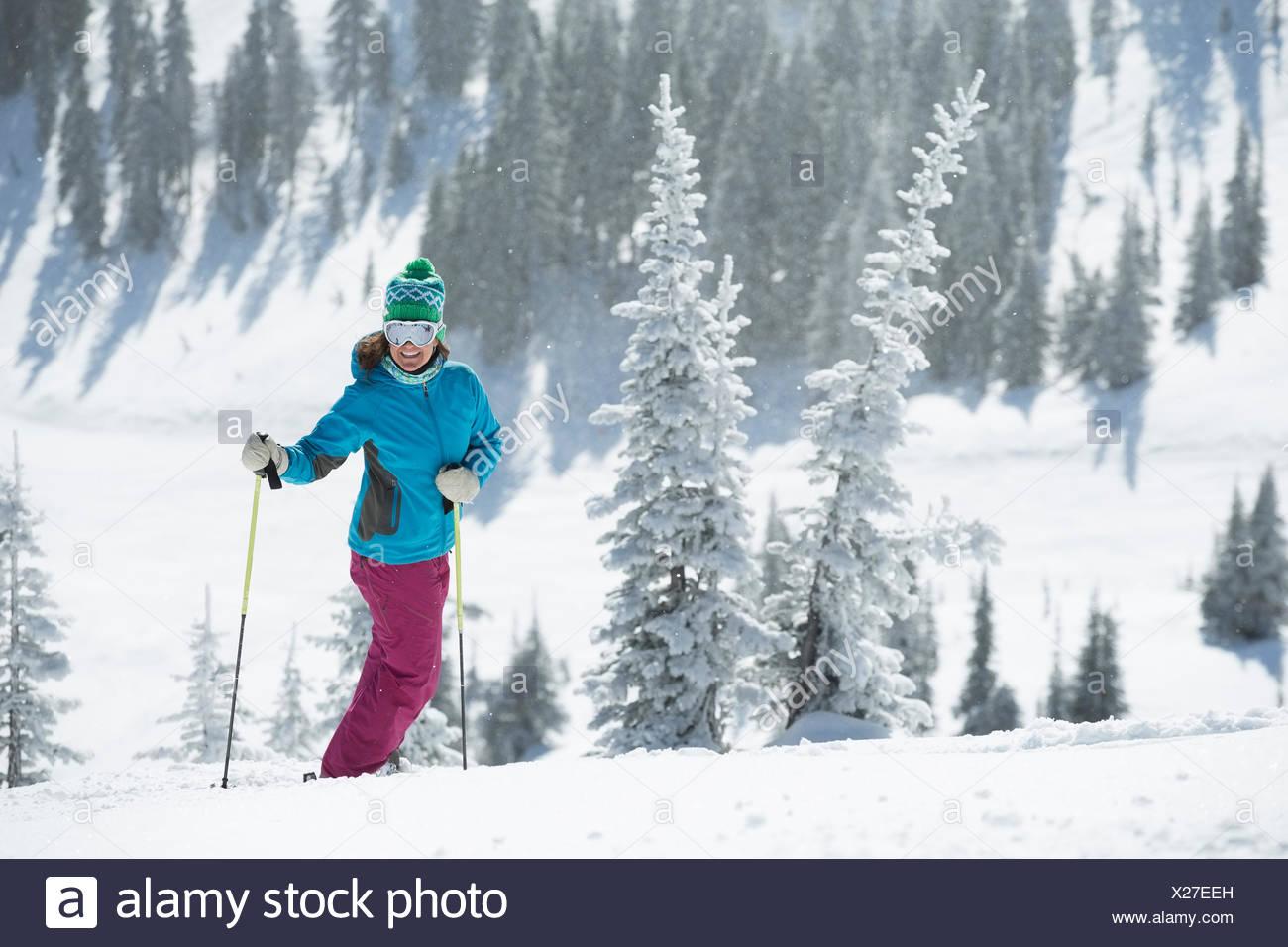 Skifahrerin auf Hügel Stockbild
