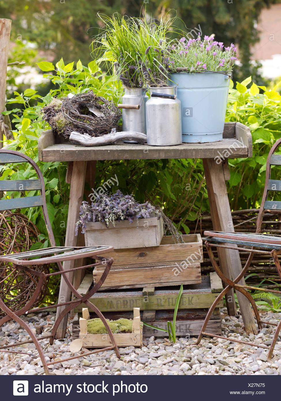 Stilleben, dekoratives Gartenzubehör Metall Krüge auf einem alten