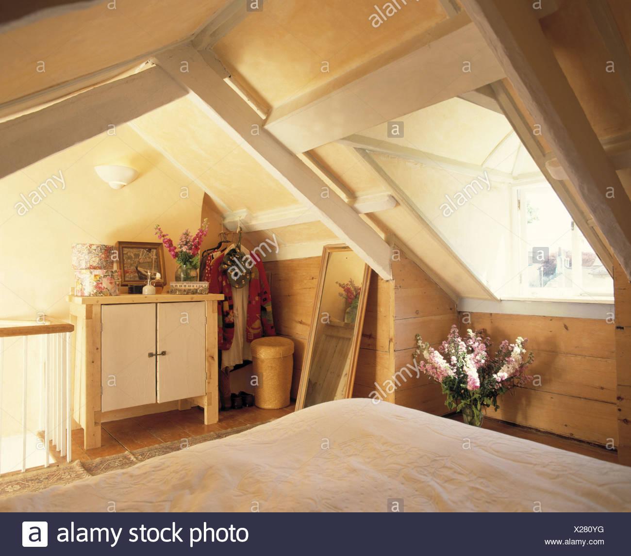 Velux-Fenster über dem Bett im Schlafzimmer Dachgeschoss mit ...
