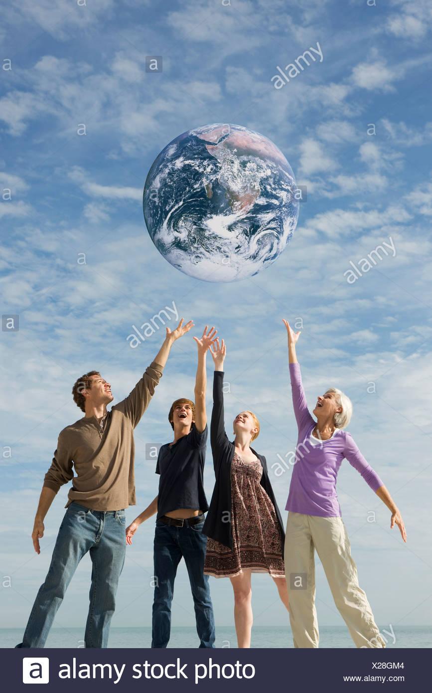 Ökologie-Konzept, Gruppe von Personen, die Rettung der Erde zusammen Stockbild