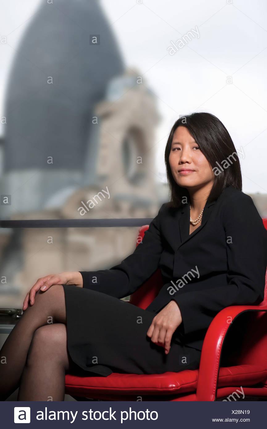 Chinesische Geschäftsfrau sitzend, Paris Stockfoto