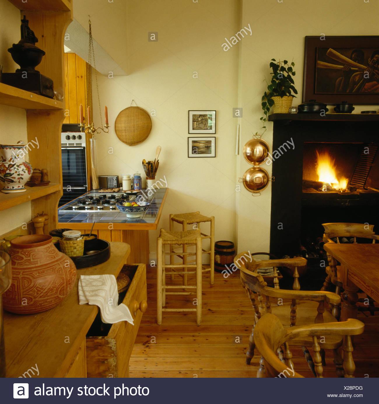 Rush sitzen Holzstühle bei gefliesten Theke in einem 70er ...