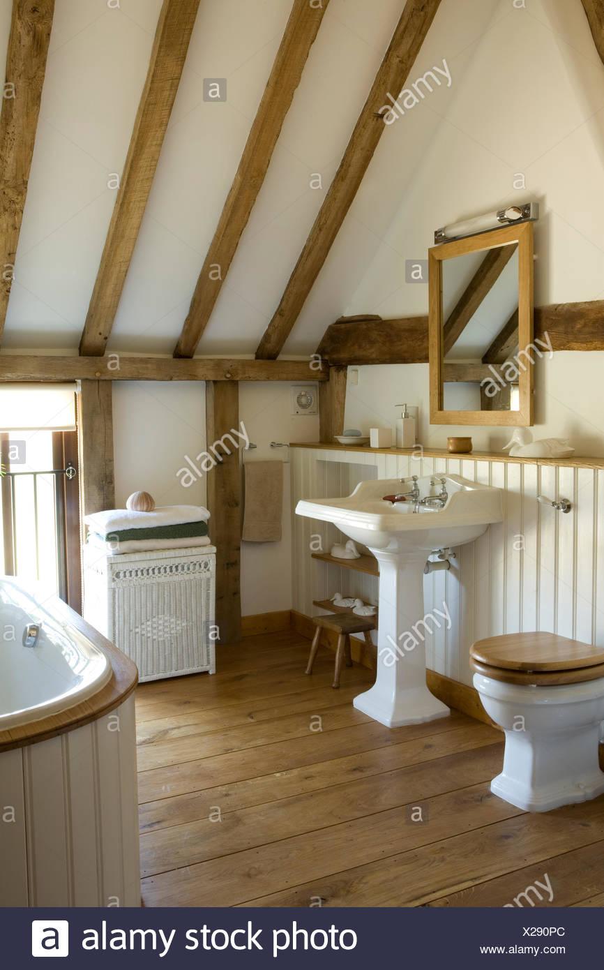 Spiegel über dem Waschbecken Podest im Land Badezimmer mit ...