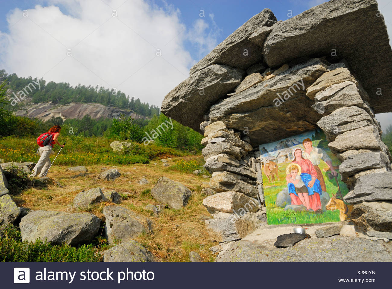 Bildstock, Wanderer im Hintergrund, Alpe Corte Nuovo, Valle Bavona, Ticino Reichweite, Tessin, Schweiz Stockbild