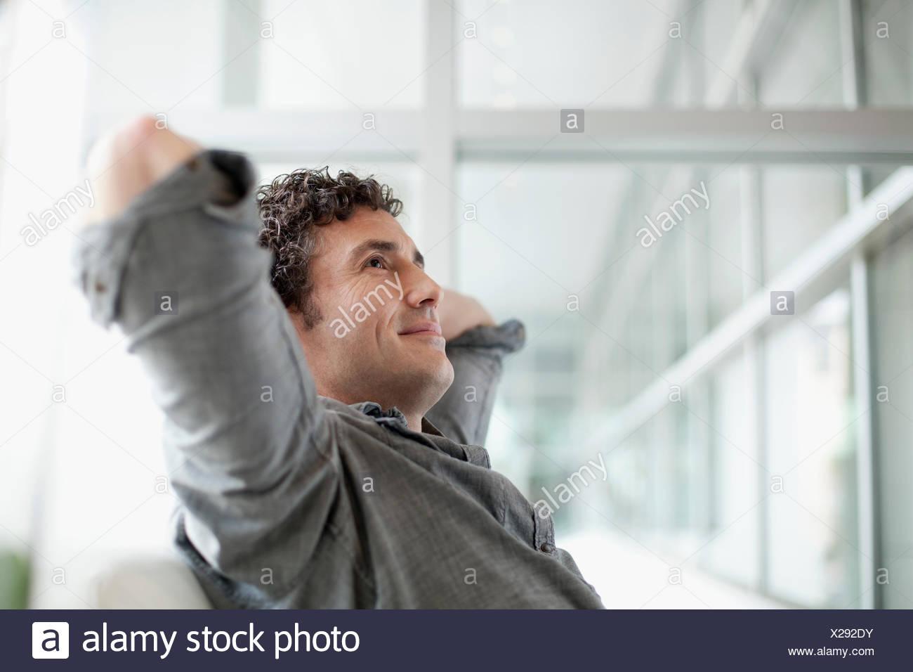 attraktive Geschäftsmann am Arbeitsplatz Stockbild