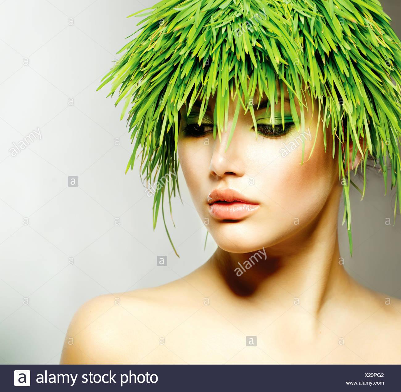 Schönheit Frühling Frau mit frischen grünen Rasen Haar Stockbild