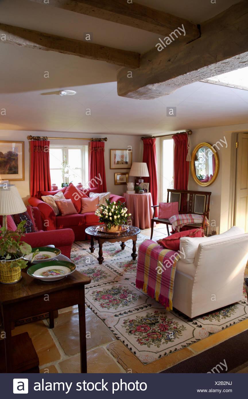 Roten Aufgegebenes Wurf Auf Cremefarbenen Sessel Im Wohnzimmer Fur