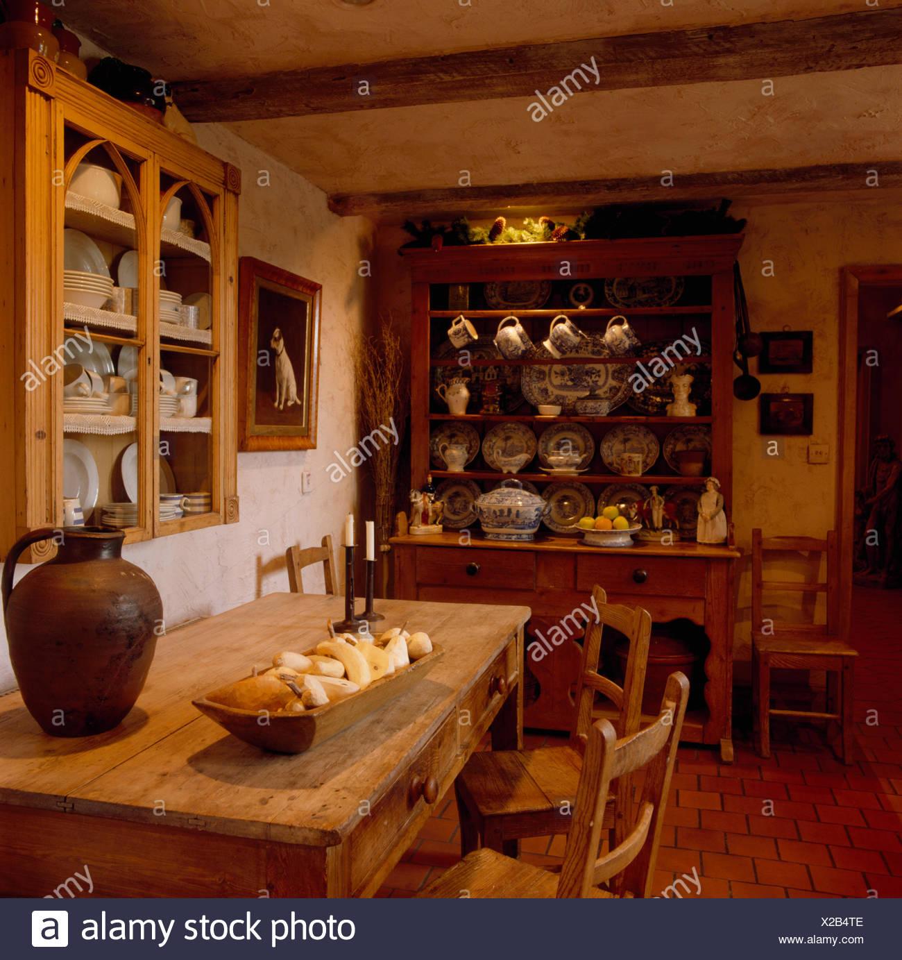 Esszimmer Rustikal | Antike Kommode Und Kiefer Tisch Im Esszimmer Rustikal Land Stockfoto