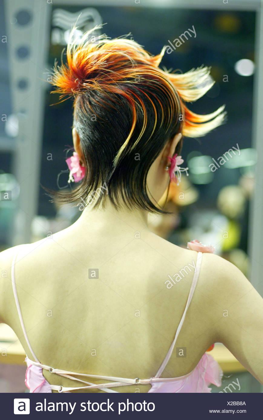 Frau Junge Kurze Haare Frisur Flatterhaft Back View Modell Haar