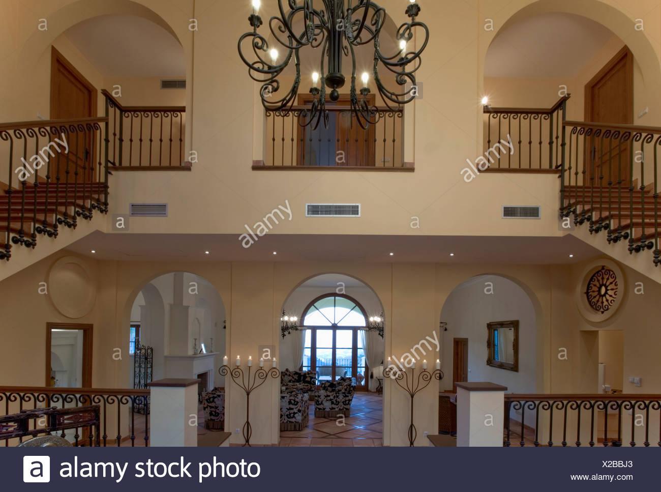 Große offene Halle mit doppelten Treppen zur Landung in spanische ...