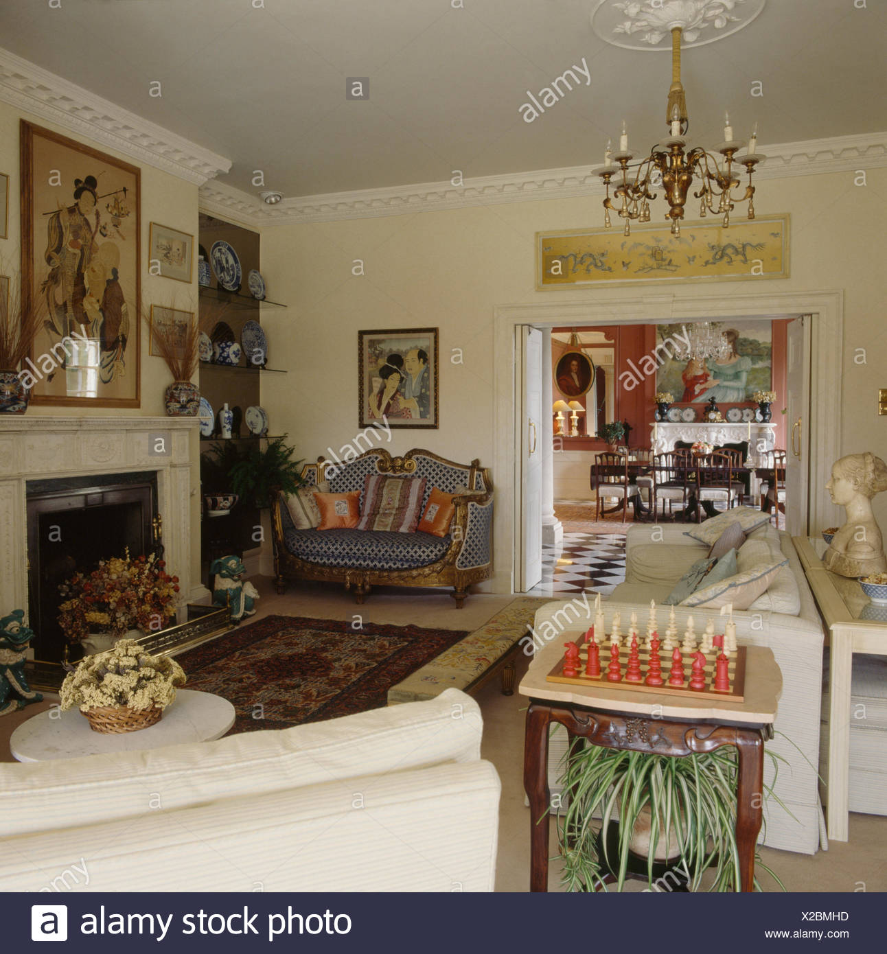 Schachspiel auf Beistelltisch in einem 80er Jahre Wohnzimmer Land ...