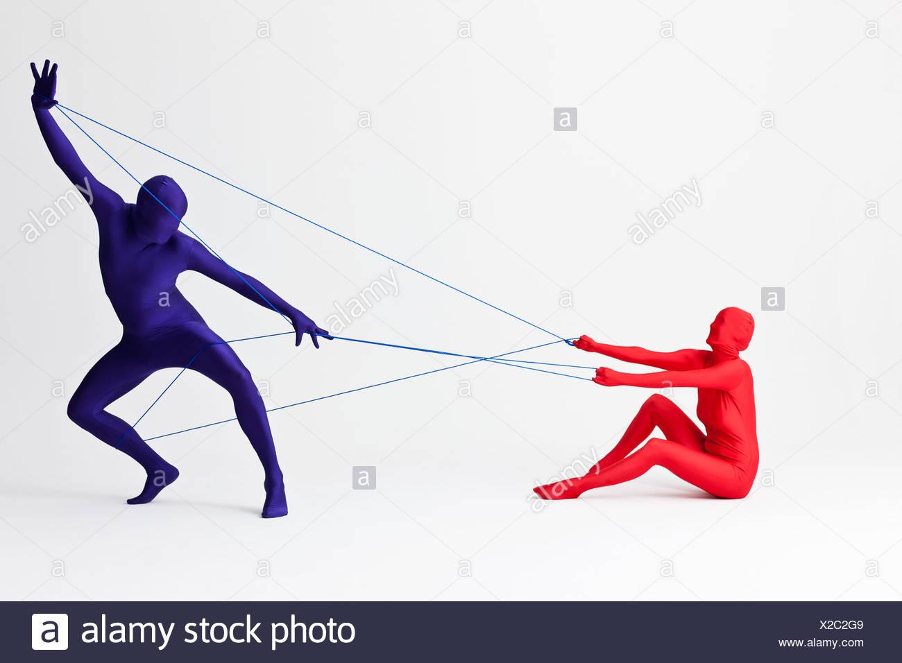 Paar in spielen mit String Bodys Stockbild