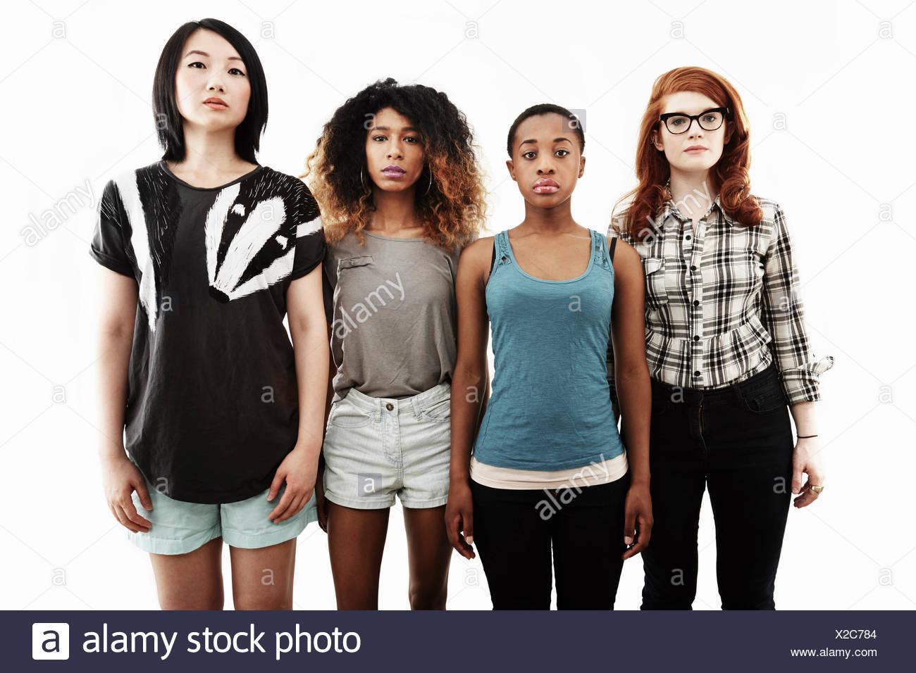 Formale Studioportrait von vier schweren jungen Frauen Stockfoto