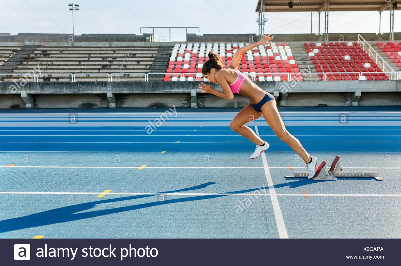 Sportlerin, die auf der Rennstrecke Stockbild