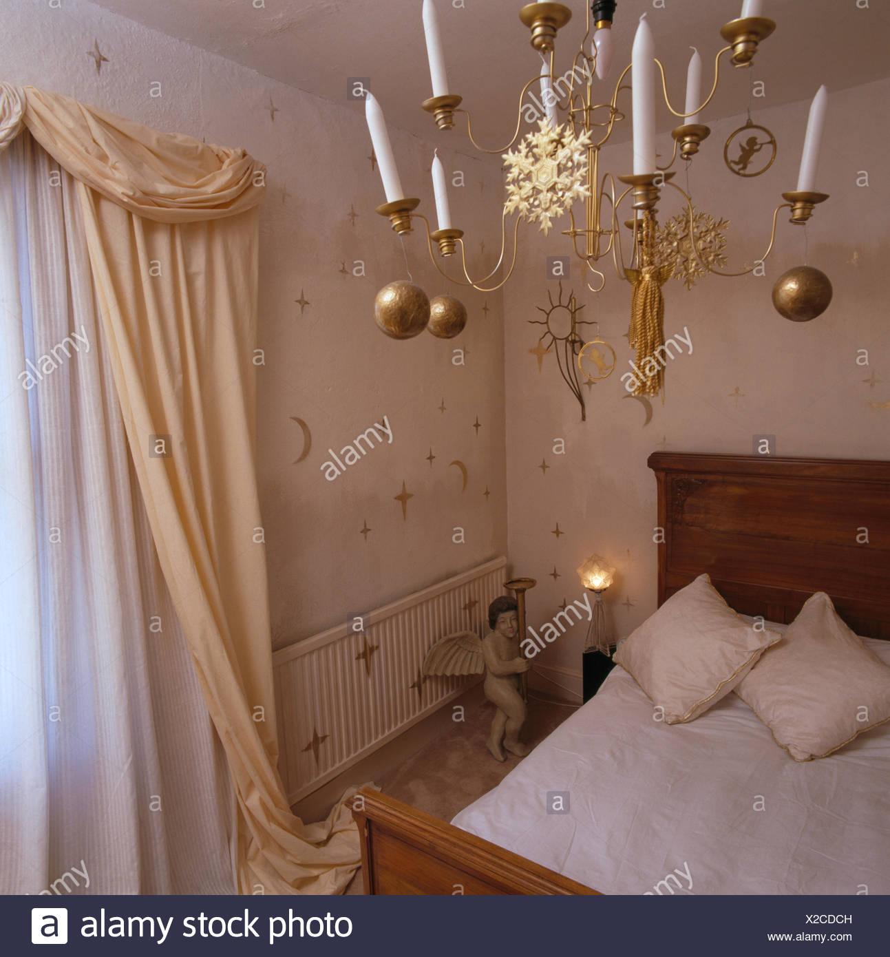schlafzimmer kerzen, kerzen im kronleuchter aus messing verziert mit goldenen kugeln in, Design ideen