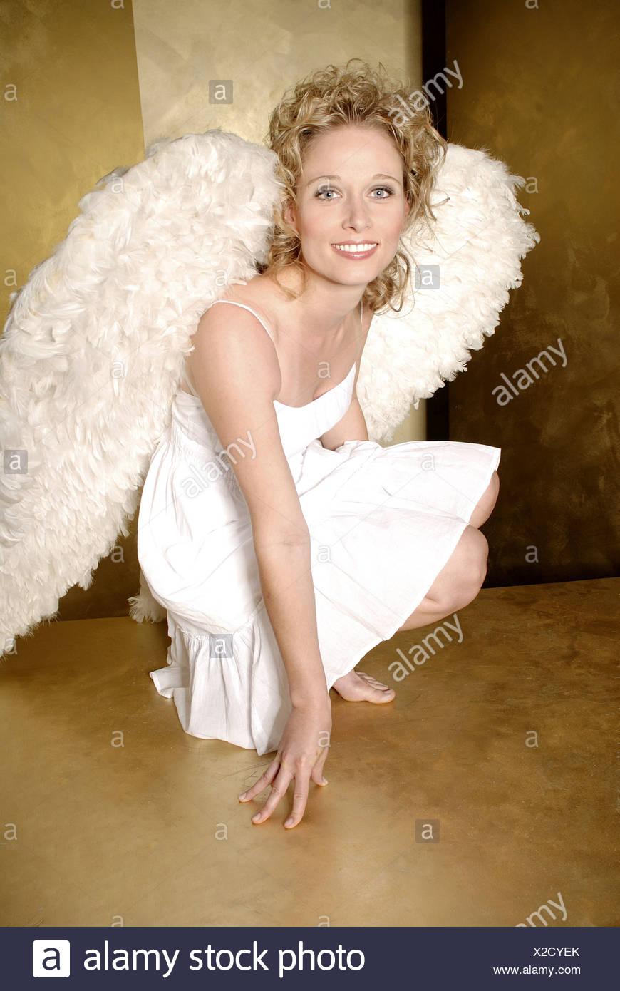 b1414ea1cb9 Frau junge blonde Engelsflügel fröhlich lächelnd Kleid Crouch barfuß  Weihnachten Menschen Weihnachten-Engel Engel Engel-outfit
